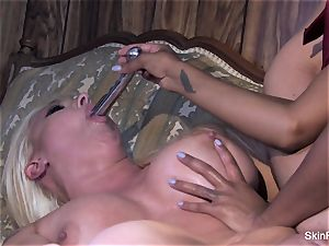 Leya demonstrates flesh how to please a female