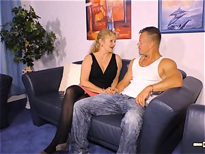 HAUSFRAU FICKEN - big-boobed German mature gets spunk on funbags