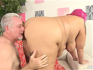 giant girl spreads Her Cheeks